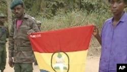 Rebeldes da FLEC-FAC mostrando a bandeira do movimento independentista