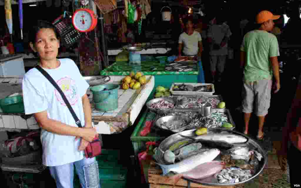 A fish market in Masinloc, Zambales, in the Philippines. (D. Schearf/VOA)