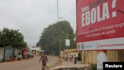 Sebuah billboard dengan peringatan mengenai wabah Ebola di Conakry, Guinea (foto: dok). Hanya Guinea yang mencapai target pemberantasan ebola WHO sebelum 1 Desember 2014.