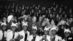 毛泽东和林彪(第二排,右侧)观看芭蕾舞剧《白毛女》后和演员合影(1967年4月24日)