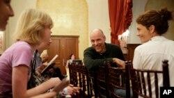 在南加州大学,曾任福音派基督徒青少年宣道人的人本主义牧师布拉特·坎波罗(中)与妻子马蒂(右)在等待论坛会开幕前与学生们交谈。(2015年1月28日)