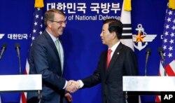 Bộ trưởng Quốc phòng Nam Triều Tiên Han Min Koo và Bộ trưởng Quốc phòng Hoa Kỳ Ashton Carter hôm 7/1 đã bàn tới những biện pháp ứng phó mà liên minh Mỹ-Hàn đang xem xét, ngoài việc thực hiện những cuộc thao dượt chung. (Ảnh tư liệu)