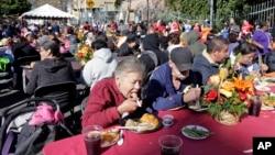 Para tuna wisma dan orang-orang yang kurang mampu di wilayah Skid Row, Los Angeles, mendapatkan makanan gratis dalam perayaan tahunan Thanksgiving, Rabu (16/11).