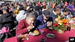 سیر ساختن فقرا و نیازمندان یکی دیگر از سنتهای روز شکرگزاری است.