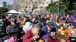 Un repas de Thanksgiving servi aux SDF de Los Angeles, 25 novembre 2015