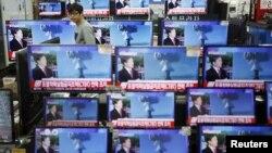 지난 6일 한국 서울의 한 가전제품 매장에 진열된 TV 화면에 북한의 수소탄 핵실험 발표에 관한 보도가 나오고 있다.