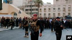 عراقی سکیورٹی فورسز کے اہلکار بغداد کے انتہائی حساس علاقے گرین زون کی جانب سے جانے والی ایک پل پر تعینات ہیں تاکہ مظاہرین کو اس جانب بڑھنے سے روکا جاسکے۔