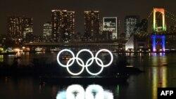 Logo Olimpiade di lepas pantai Taman Laut Odaiba di Tokyo. (Foto: AFP/Kazuhiro Nogi)