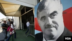 Poster mantan PM Rafik al-Hariri (alm.) dipasang di dekat pintu masuk ke makamnya di ibukota Beirut.