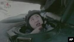 105 탱크사단의 남침가상 탱크훈련중 탱크에 탑승해서 사격훈련을 하는 북한 김정은 당 중앙군사위원회 부위원장의 기록영화 모습을 방영한 조선중앙TV