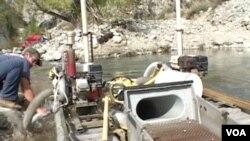 操作河床上的吸泥机(美国之音国符拍摄)