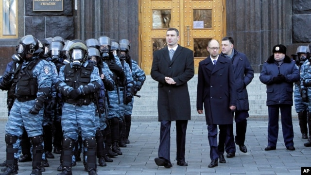 Lawmaker and chairman of the Ukrainian opposition party Udar (Punch), Vitaly Klitschko, centre left, walks with Arseniy Yatsenyuk, centre, and Oleg Tyagnibok, centre right, as they could not get entry into a government building, Nov. 27, 2013.