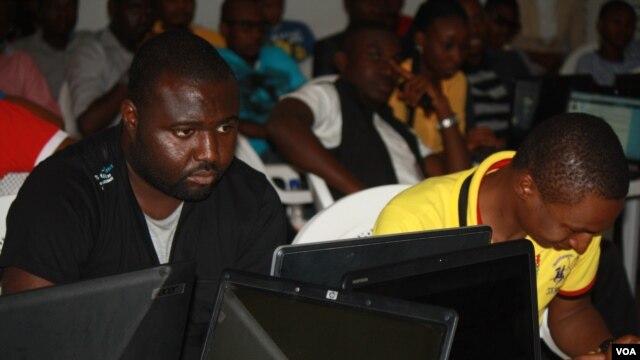 Des volontaires nigérians dans le centre Google à Abuja, aident à cartographier la capitale