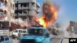 Hình ảnh trên truyền hình cho thấy thời điểm một quả bom phát nổ trên đường phố ở Kirkuk, Iraq, ngày 9/2/2011