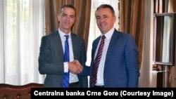 Guverner CBCG Radoje Žugić rukuje se sa zamjenikom izvršnog direktora MMF-a Ričardom Dornboskom