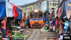 泰国现有的铁路设施比较陈旧,图为曼谷周边著名的铁路市场。(美国之音朱诺拍摄,2012年10月14日)