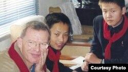 호주 뉴사우스웨일즈대의 스튜어트 로운 교수(왼쪽)가 북한 평양의 중학교 학생들에게 영어를 가르친 경험을 책으로 펴냈다.
