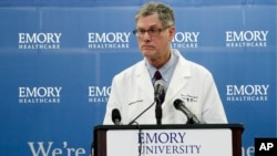 지난 1일 미국 애틀랜타주 에모리 대학 병원 관계자가 에볼라 바이러스에 감염된 미국인 환자의 치료 계획을 기자회견에서 밝히고 있다.