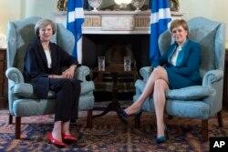 Прем'єр-міністр Тереза Мей переконує першого міністра Шотландії Ніколу Стерджен у перевагах Об'єднаного королівства