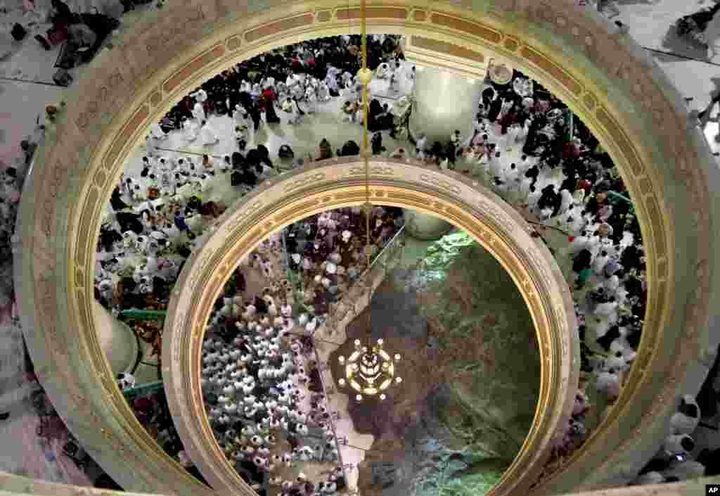 Para jemaah berdoa di dekat bukit Safa dalam ibadah Umrah pada malam Laylatul-Qadr, di Masjidil Haram, Mekkah, Saudi Arabia.