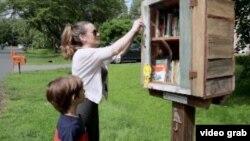 Avery (lima tahun) dan ibunya, mengunjungi perpustakaan kecil gratis (Little Free Libraries), setiap minggu. (Photo: VOA/videograb)