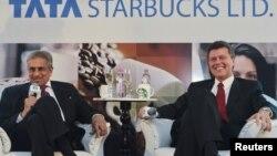 지난 1월 기자회견에서 스타벅스의 인도 진출 계획을 밝힌 R.K. 크리쉬나쿠마 타타 글로벌 베버리지 부회장(왼쪽)과 존 컬버 스타벅스 아시아태평양지사장(오른쪽).