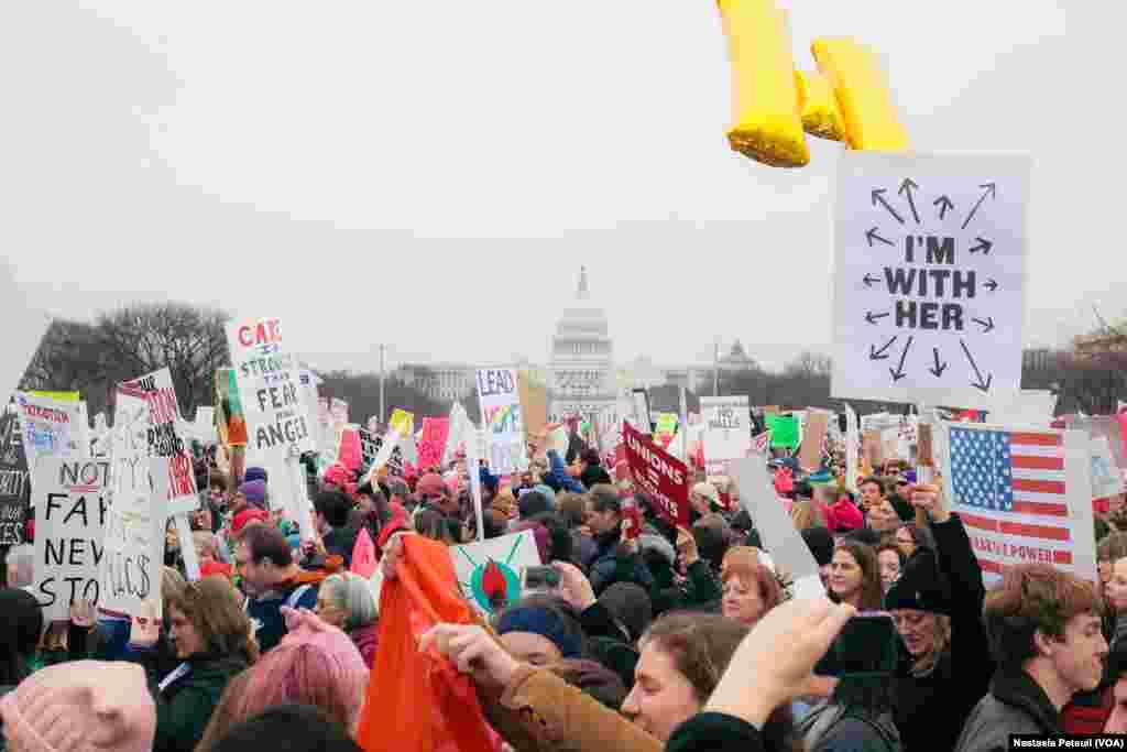 La marche est en cours et passe sur le Mall, devant le Congrès, Washington DC, le 21 janvier 2017. (VOA/Nastasia Peteuil)