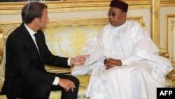 Le président nigérien Mahamadou Issoufou rencontre le président français Emmanuel Macron à l'Elysée à Paris, le 4 juin 2018.