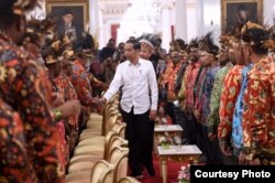 Presiden Jokowi bersalaman dengan beberapa tokoh Papua yang hadir di Istana Merdeka, Jakarta, Selasa, 10 September 2019. (Biro Setpres)
