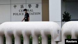 香港民主活動人生黃之鋒獲保釋後離開香港警署,他因被控參加去年未獲警方批准的集會而被捕。(2020年9月24日)