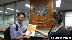 Blogger Nguyễn Lân Thắng trao Tuyên Bố 258 cho Văn phòng Cao ủy Nhân quyền Liên hiệp quốc
