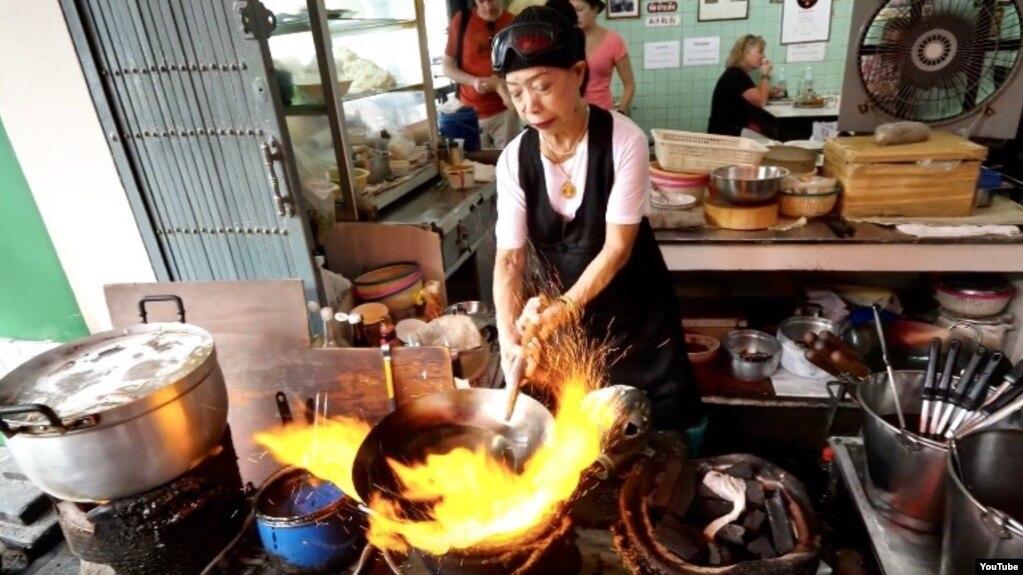 Thai street food queen wins michelin star award chef fai junsuta cooks at her street restaurant jay fai in bangkok thailand forumfinder Choice Image