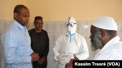 Les techniciens expliquent la procédure au ministre de la santé, le 17 mars 2020. (VOA/Kassim Traoré)