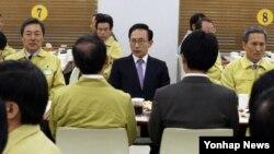 24일 제46차 중앙통합방위회의 오찬에 참석해 보고를 듣고 있는 이명박 한국 대통령(가운데).