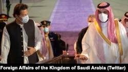 وزیرِاعظم عمران خان تین روزہ سرکاری دورے پر جمعے کی شب سعودی عرب پہنچے تو سعودی ولی عہد محمد بن سلمان نے جدہ کے شاہ عبد العزیز ایئر پورٹ پر خود ان کا استقبال کیا۔