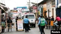 Una ambulancia pasa un puesto de control policial para evacuar a personas de la iglesia de San Miguel, donde las madres de los presos políticos llevaron a cabo una huelga de hambre durante nueve días para exigir la liberación de sus hijos e hijas, en Masa
