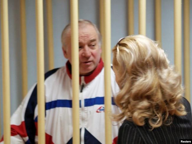 Sergei Skripal, excoronel del servicio de inteligencia militar GRU de Rusia, observa a los acusados mientras asiste a una audiencia en el tribunal del distrito militar de Moscú, Rusia, el 9 de agosto de 2006. Foto de archivo.