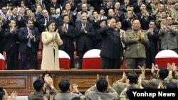 지난 29일 부인 리설주(왼쪽)와 모란봉악단 공연을 관람한 김정은 국방위원회 제1위원장(가운데).북한 조선중앙통신 보도.