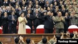 지난달 29일 50여일만에 공식석상에 등장한 북한 김정은 국방위 제1위원장(가운데)과 부인 리설주(왼쪽). 모란봉악단 공연을 관람했다. (자료사진)