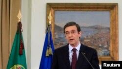 Perdana Menteri Portugal Pedro Passos Coelho membacakan pernyataannya di istana Sao Bento, Lisbon (7/4). Pengadilan telah membatalkan sebagian langkah penghematannya, dan pemerintahan Portugal terpaksa harus melakukan pemotongan anggaran lebih besar untuk memenuhi persyaratan dana talangan internasional.