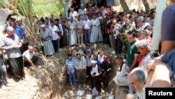 Familiares de víctimas de la violencia en Irak rezan durante un funeral en Kirkuk el 23 de junio.