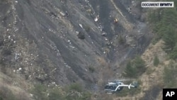電視畫面顯示墜毀的空中巴士A320客機碎片散落在法國阿爾卑斯山區