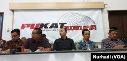 Jarigan Anti Korupsi Yogyakarta menyampaikan empat tuntutan untuk Presiden Jokowi. (Foto: VOA/Nurhadi)
