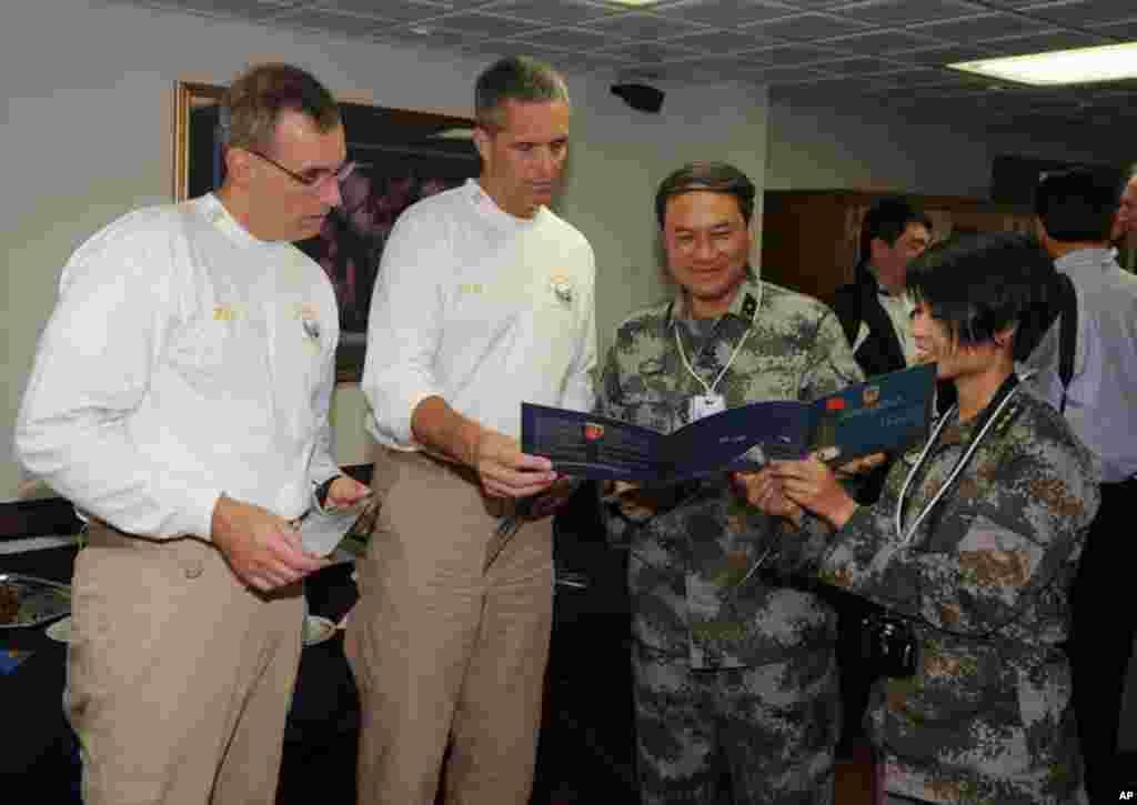 駐港解放軍指揮官11月8日參觀華盛頓號後﹐向航母指揮官贈送紀念品致謝
