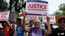 菲律宾民众抗议中国船只撞击菲律宾渔船 (美联社照片,2019年6月21日)