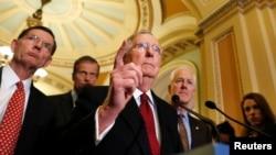 El senador Mitch McConnell habla con los medios en el Congreso de EE.UU.