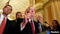 Pemimpin mayoritas Senat AS, Mitch McConnell bersama rekan-rekannya Senator dari partai Republik memberikan penjelasan kepada media di gedung Capitol di Washington (foto: dok).