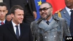Le président français Emmanuel Macron escorte le roi Mohammed VI du Maroc au palais de l'Elysée, à Paris, le 12 décembre 2017 .