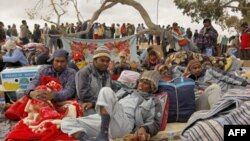 Các công nhân Bangladesh chờ tại một trại tị nạn gần biên giới Libya-Tunisia để được đưa về nước