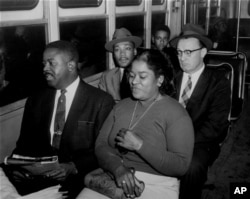 Борці за рівноправ'я під час поїздки на автобусі після скасування сегрегації